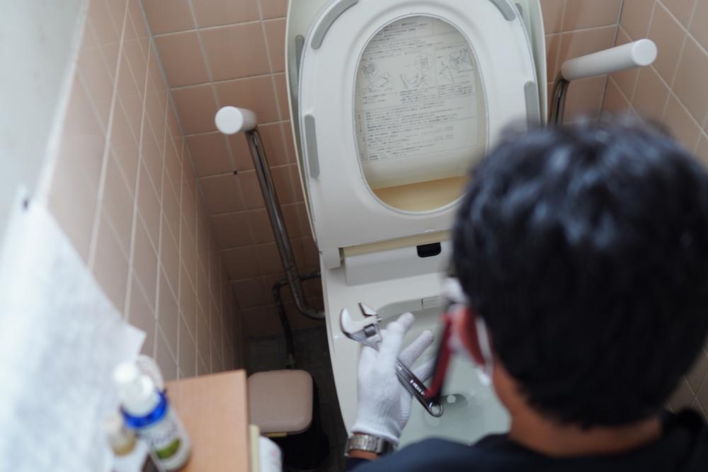 トイレの点検をするスタッフ